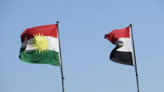 die Kurdistan Flagge (links) neben Irakischer Flagge