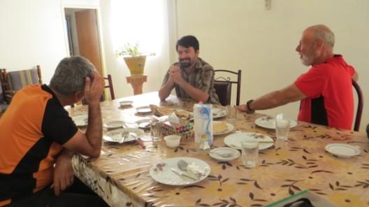 Mit Ali (Mitte) von der Strassenbaufirma beim Frühstücken