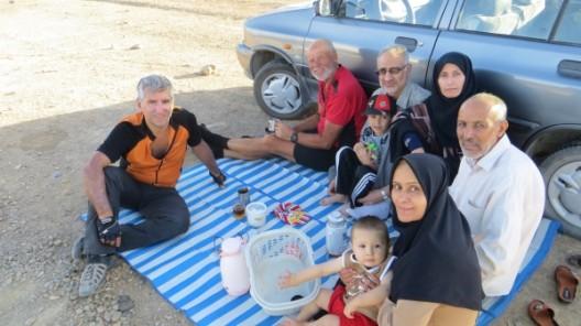 Wiedersehen bei einem Tee am Strassenrand mit Hogar (von rechts), Hosein, Mayam und Doctor mit ihren zwei Jungs