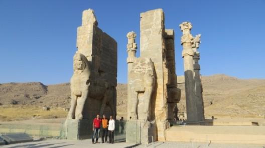 In Persepolis, mit Mohamad, unser Gastgeber für den Abend (links), und Hosein (rechts)