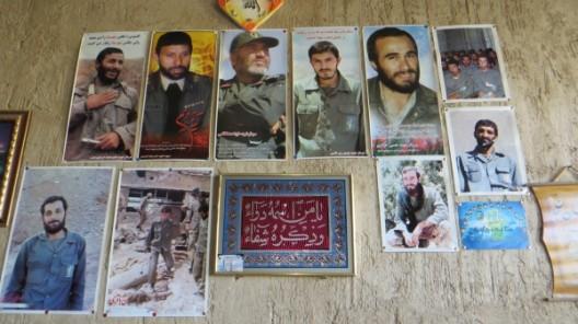 an der Wand im Wohnzimmer hängen zum Gedenken Bilder von im Iran-Irak Krieg gefallenen Freunden
