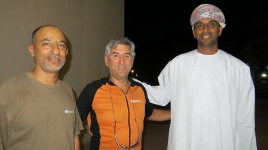 Der Mann links hat uns eine Übernachtungsmöglichkeit im Seeb Stadium vermittelt, der Mann rechts ist der Bruder des Omanischen Fussballnationalteams