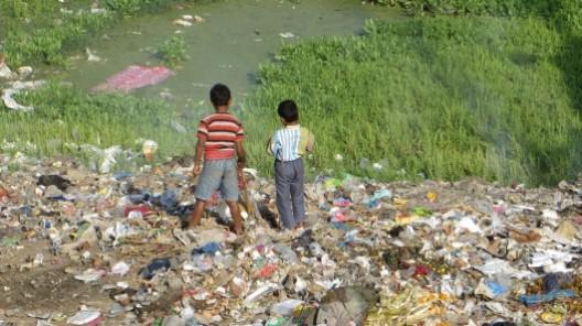Jungs auf einem Müllberg