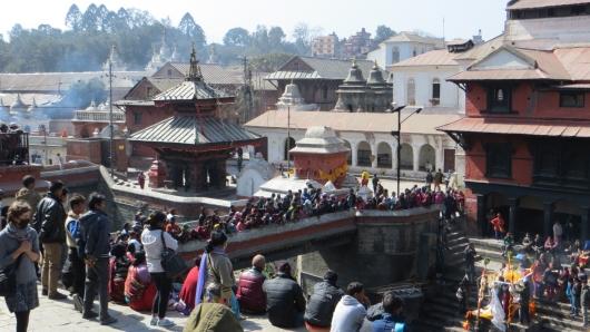 Pashnupatinath am Bagmati-Ufer in Kathmandu ist eine hinduistische Pilgerstätte bei der man auch den Feuerbstattungen beiwohnen kann