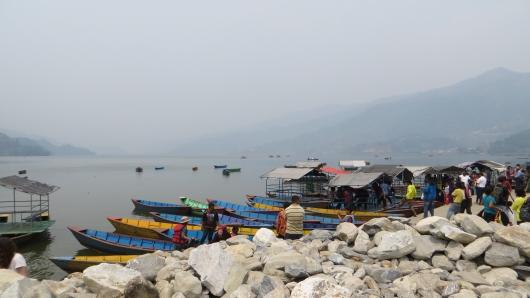 Am Phewa Lake in Pokhara, wie man sieht ist nichts vom Himalaya zu sehen