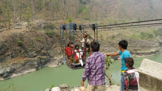 Um manche Dörfer zu erreichen müssen die Einheimischen sich mühevoll per Hand in einer Gondel über die Schlucht ziehen