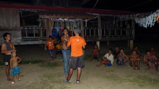 Der junge Mann erzählt Mete dass wir die ersten Ausländer zu Besuch sind. Daher freuen sich auch alle im Dorfe