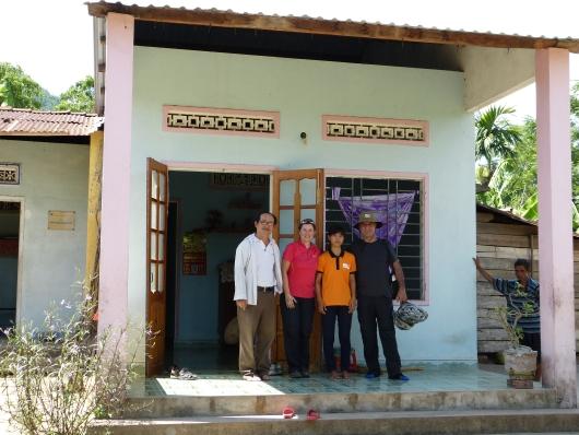 WV half der Familie des Mädchens beim Wiederaufbau des Hauses welches vom Taifun letzten Jahres stark beschädigt wurde.
