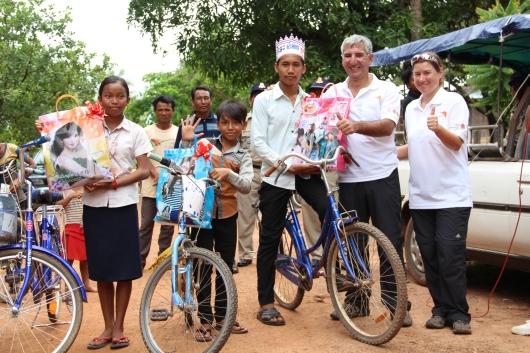 Siegerehrung des langsamsten Radrennens der Welt, selbst der Mete hatte gegen den Gewinner (links) neben ihm keine Chance