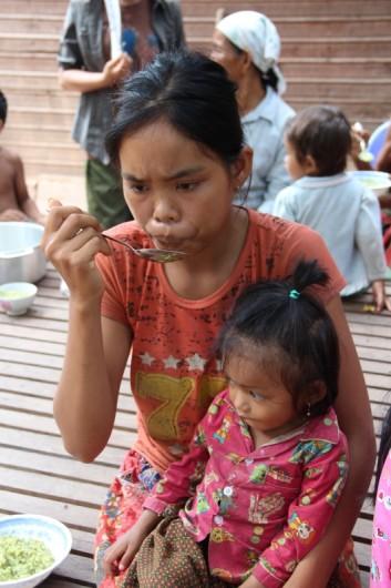 Unter-und mangelernährte Kinder werden aufgepäppelt