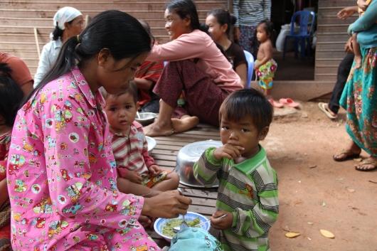 und die Mütter werden in gesunder ausgewogener Ernährung unterrichtet