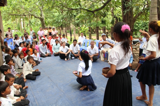Im Kinderclub haben die Kinder eine Tanzaufführung für uns vorbereitet. Auch ein eindrückliches Rollenspiel und ein Lied über die richtige Ernährung der Kinder wird uns vorgetragen.