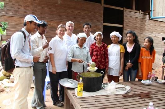 Freiwillige Mütter haben heute das Essen für alle Kinder des Kinderclubs zubereitet