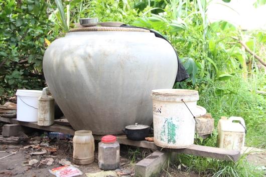 World Vision hilft bedürftigen Familien mit diesen Behältern zur Wasseraufbewahrung