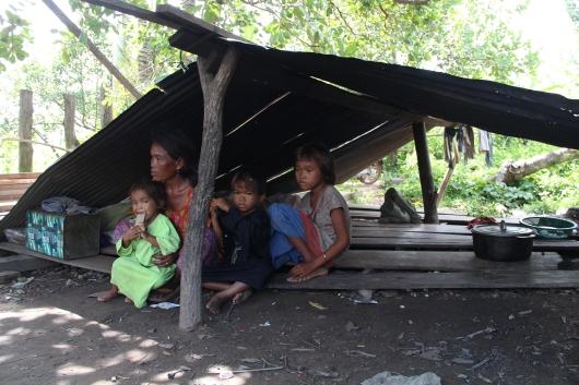 Die Behausung der Familie besteht nur aus Brettern auf dem Boden und dem Wellblechdach. Die Familie wohnt zu sechst hier.
