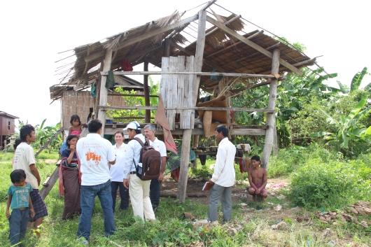 Besuch bei einer weiteren armen Familie des Dorfes. Es gibt keine Wände und das Dach ist undicht. Für diese uns weitere Familien in dem Dorf wird WV die nächsten Wochen und Monate daran arbeiten deren Situation zu verbessern.