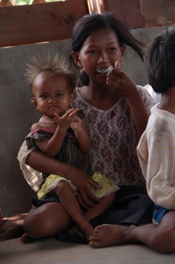 Besuch eines Kinderclubs in einem kleinen Dorf. Auch hier hat eine freiwillige Mutter ein Porridge für die Kinder zubereitet.