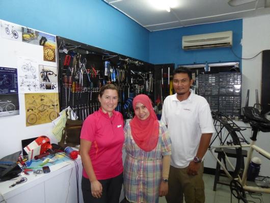 mit Mohamad und Rosalind in Akmals Werkstatt