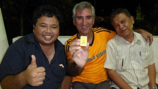 Wir zelteten an einer Ärztestation und bekamen von dem netten Krankenpfleger (hier links) einen goldenen Buddha geschenkt :-)