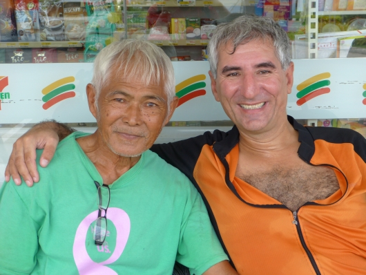 Mr Speedy aus Thailand beeindruckte uns sehr mit seinen 80 Jahren und 3 Monaten. Der junge Mann ist ebenfalls auf Fahrradreise und besucht mit seinem Fahrrad jede Ecke Thailands.