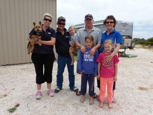 Die Familie von Olli, Karen, und Sarah neben deren Ferienhaus wir bei Venus Bay zelteten