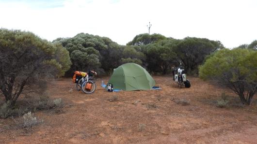 ein letztes Mal wild campen, direkt hinter dem Gebüsch befindet sich die Hauptstrasse
