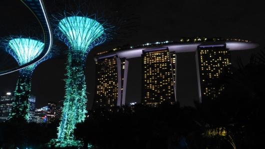 Singapur - Gardens by the Bay bei Nacht, Blick auf das Marina Bay Sands Hotel