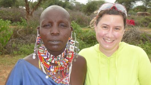 mit einer Massai-Frau
