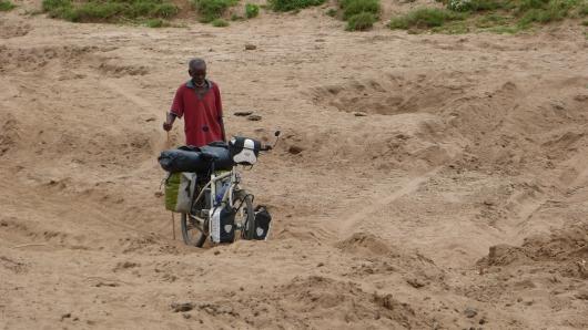 Der Weg führt durch ein trockenes Flussbett.