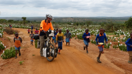 """Kinder laufen ständig mit und rufen """"Muzungulei"""" (""""Mein Weisserchen"""")"""