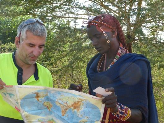 wir zeigen Koma wo Kenia auf der Weltkarte liegt und wo wir herkommen und hinfahren