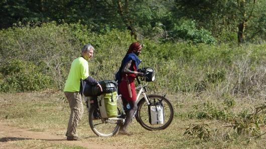 Mete lässt Koma sein Fahrrad fahren und hilft ihm dabei