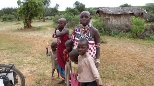 Massai-Familie unterwegs