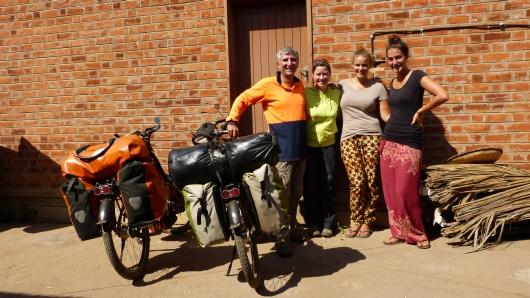 mit den beiden Volunteers Ruth und Laura