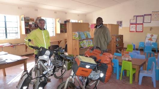 Wir zelteten in dieser Schulbiliothek welche von der Bill Gates Foundation gesponsort wurde. In diese Grundschule auf einem Dorf gingen 700 Schüler welche sich in Schichten unterrichtet werden mussten da es nur 3 Klassenräume gab.
