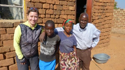 Der Pfarrer mit zwei seiner Töchter